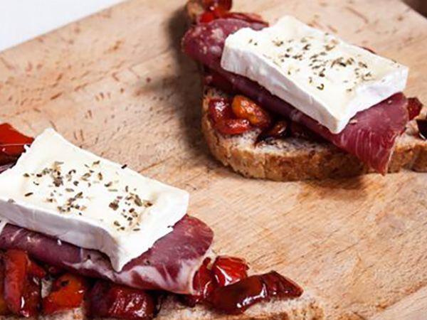 Recette : Bruschetta aux poivrons, coppa et fromage - Recette au fromage