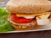 Recette : Burger double cheese, filet de porc caramélisé et brie - Recette au fr...