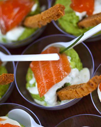 Apéro dînatoire :  Verrine au saumon fumé, avocat et fromage frais ail & fines herbes