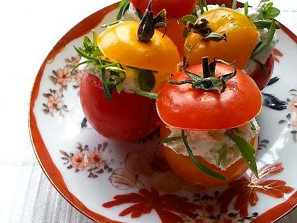 Recette : Tomates farcies au fromage frais ail et fines herbes - Recette au from...
