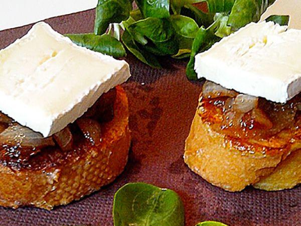 Recette : Toasts de pain perdu, compotée d'oignon et fromage - Recette au fromag...