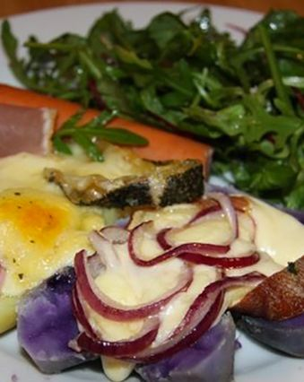 Raclette :  Raclette aux oignons rouges et vitelottes