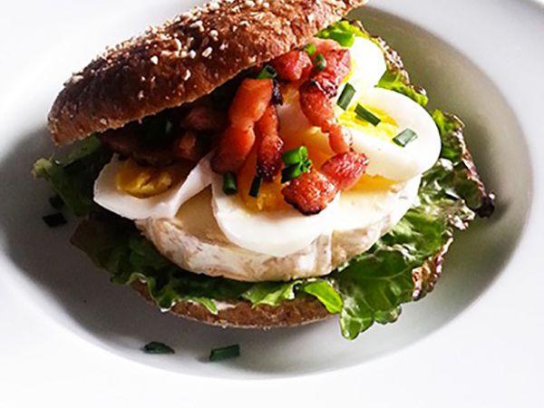 Sandwichs :  Sandwich au camembert, lardons et œufs durs