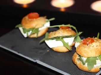 Recette : Petits choux au fromage, sésame et tomates cerises - Recette au fromag...