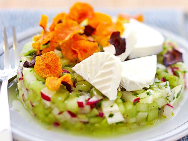 Recette : Salade de concombre et radis au fromage frais et chips de carotte - Re...