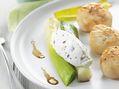 Recette : Saint Jacques caramélisées, poireaux vinaigrette et fromage frais arom...