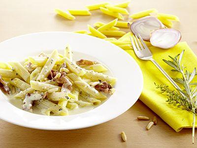 Recette : Pâtes au lard dans une sauce aillée - Recette au fromage