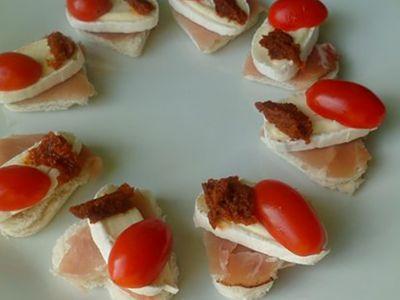 Recette : Toasts apéritifs aux deux tomates et fromage - Recette au fromage