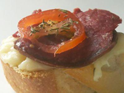 Recette : Bruschetta saucisson de boeuf et fromage - Recette au fromage