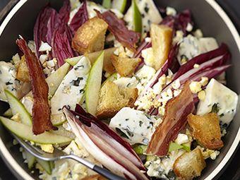 Recette : Salade d'endives rouges au bleu, œuf dur et chips de lard - Recette au...
