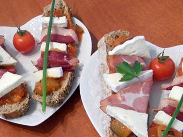 Recette : Duo de tartines au fromage, canard et jambon de Parme - Recette au fro...