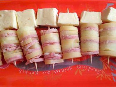 Recette : Brochettes au jambon, pommes et fromage - Recette au fromage