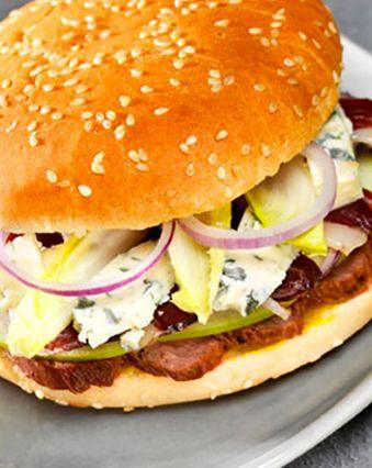 Hamburger maison :  Hamburger de canard mi-fumé au bleu