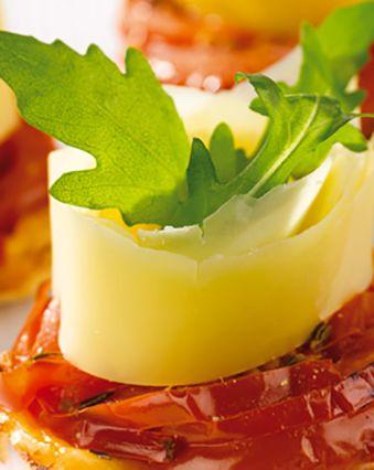 Apéro dînatoire :  Tartelette tatin de tomates et rosace de fromage