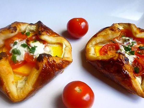 Recette : Feuilleté au fromage frais ail & fines herbes, courgette et tomate cer...