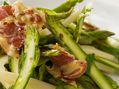 Recette : Salade d'asperges vertes au lard grillé et fromage - Recette au fromag...