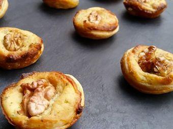 Recette : Mini tartelettes au fromage frais ail & fines herbes, noix et miel - R...