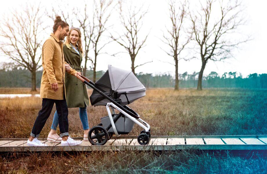 maxi-cosi-pushchair-lila-nomad-grey-familywalkinginparkwithnapkeeperon-920x600
