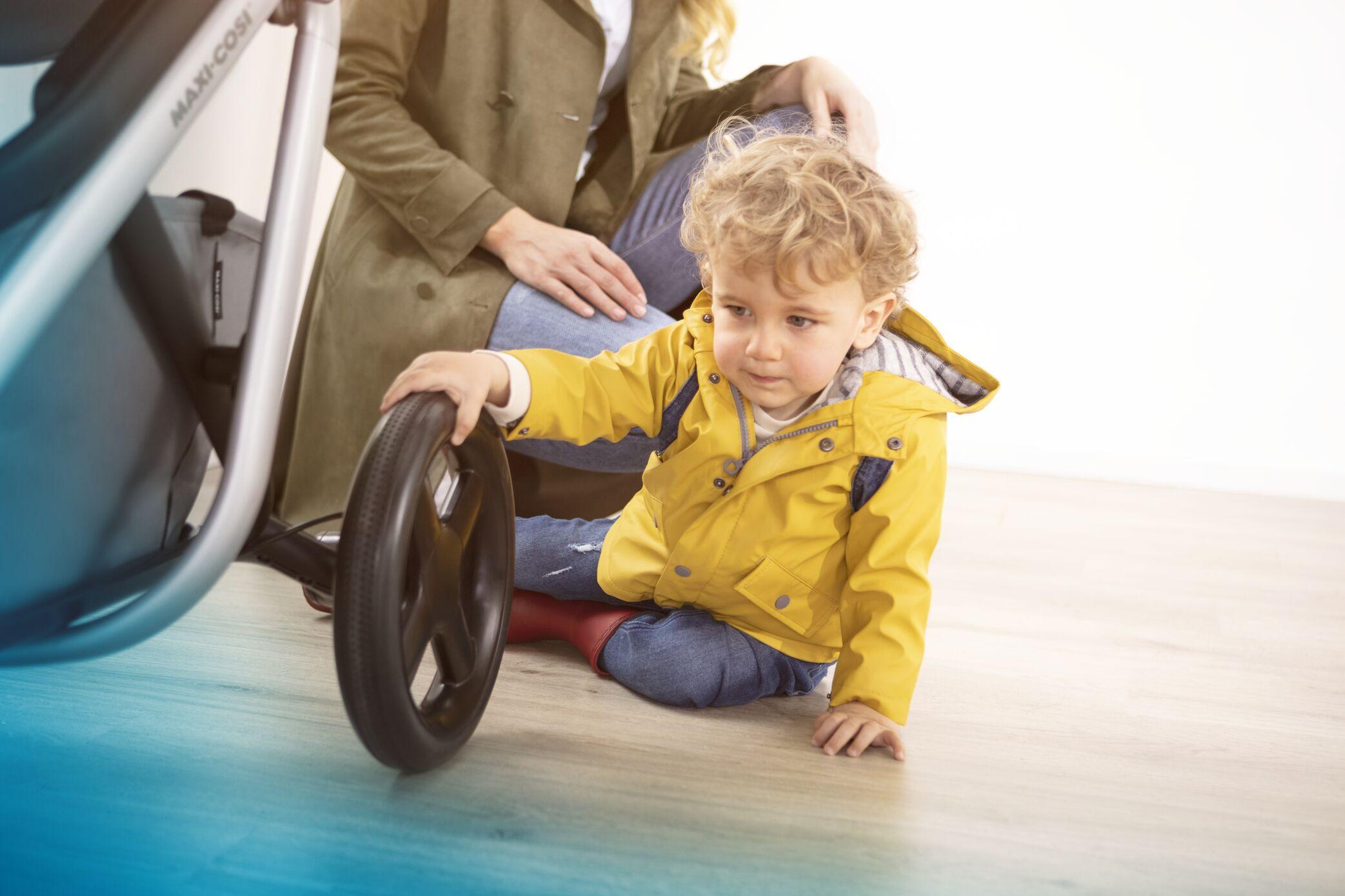 MC1311_2018_Maxicosi_stroller_Lila_Lifestyle_Indoor_toddlerplayingwithsmoothridewheels_Landscape_RGB