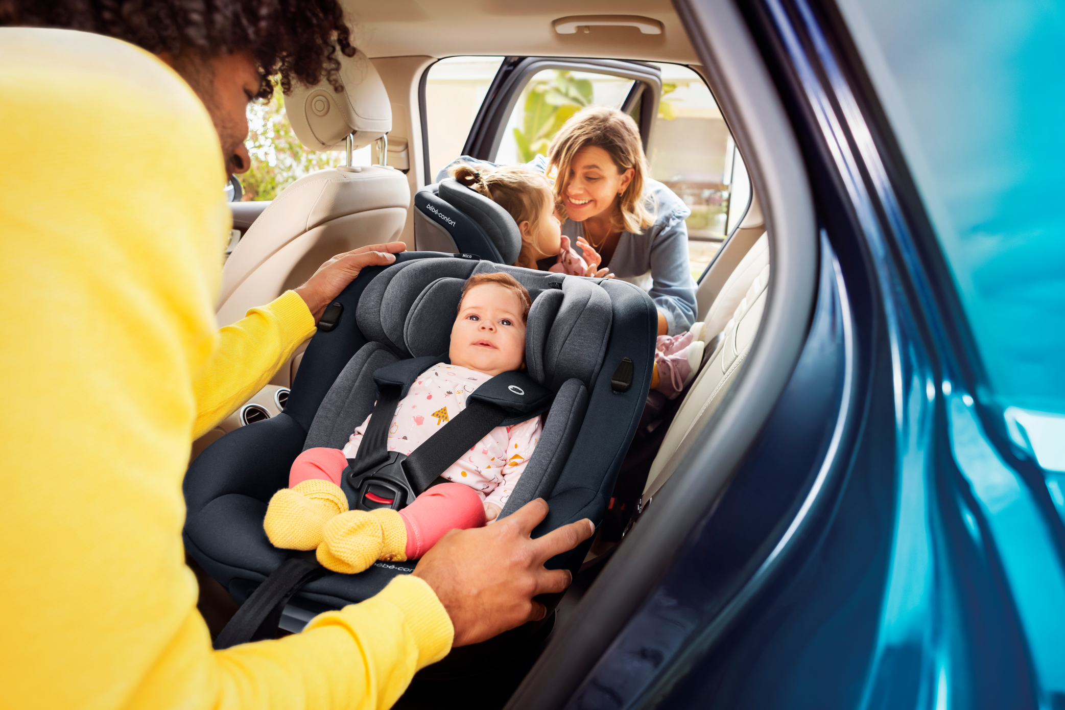BBC8511_2020_Bebeconfort_carseat_Mica_Lifestyle_Summer_dadputsbabyinseattoddlerandmombackground_Landscape_RGB