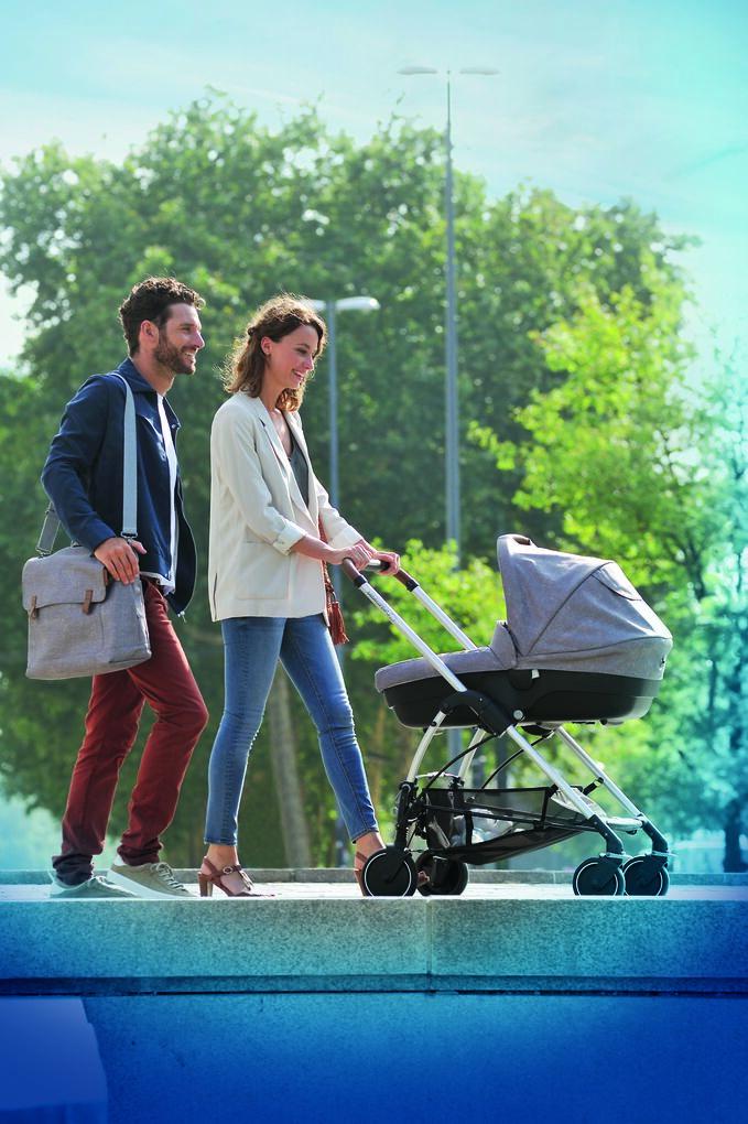 BBC1379_2018_bebeconfort_stroller_mya_lifestyle_MyaAmberModernBagNomadGreyParentswalk_portrait