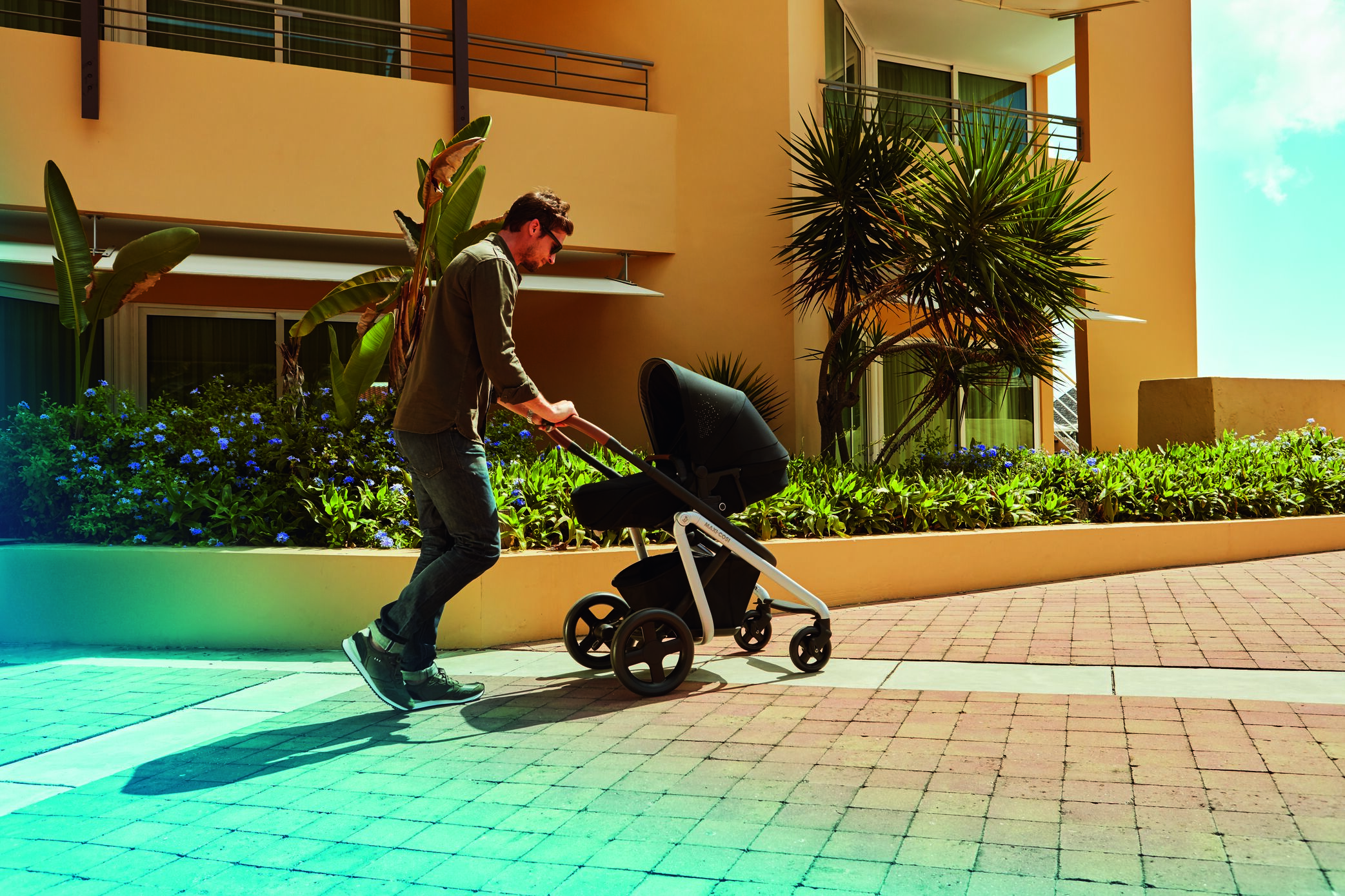 MC1311_2018_Maxicosi_Stroller_Lila_Lifestyle_Fatherstrollingwithbaby_Landscape
