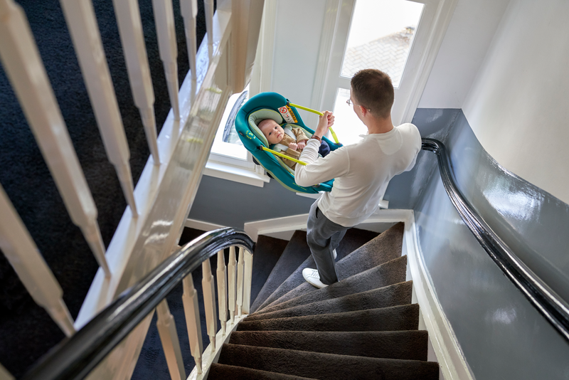 MC8557 2028 Maxicosi carseat Coral Lifestyle Summer Dad carrying baby inside walking down the stairs Landscape RGB
