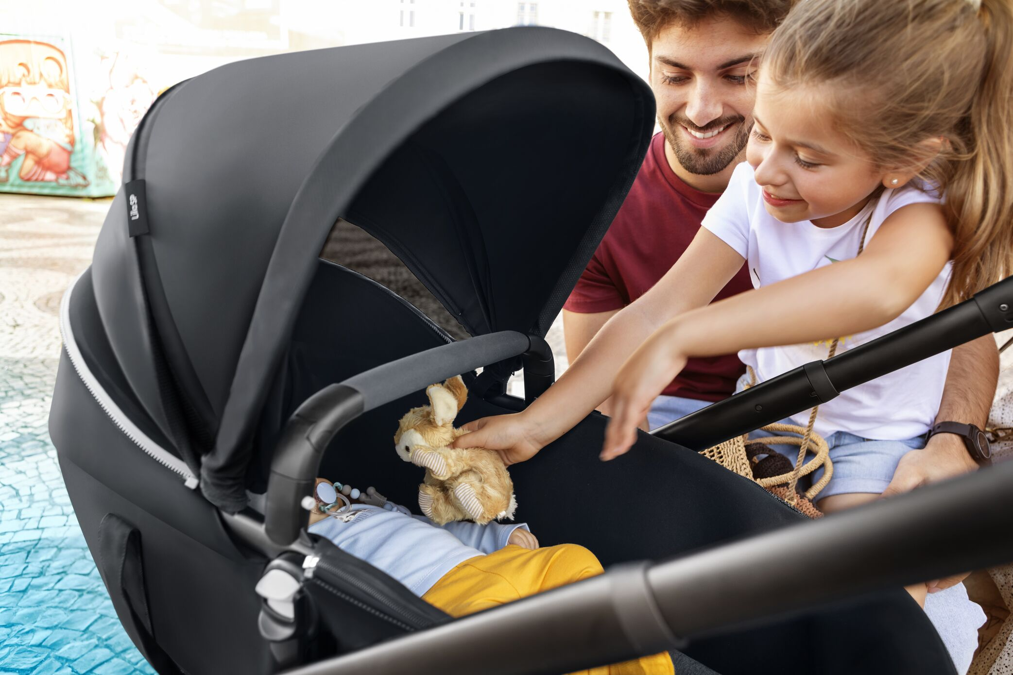 MC1236_2020_Maxicosi_stroller_Lila SP_Lifestyle_Summer_SOYcarrycotkidsinteracting_Landscape_RGB