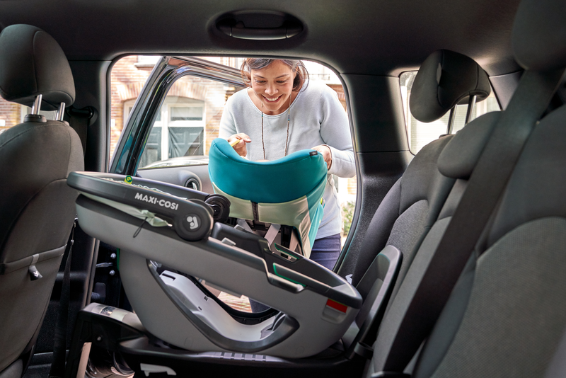 MC8557 2020 Maxicosi carseat Coral Lifestyle Summer Mom installing soft carrier in car Landscape RGB