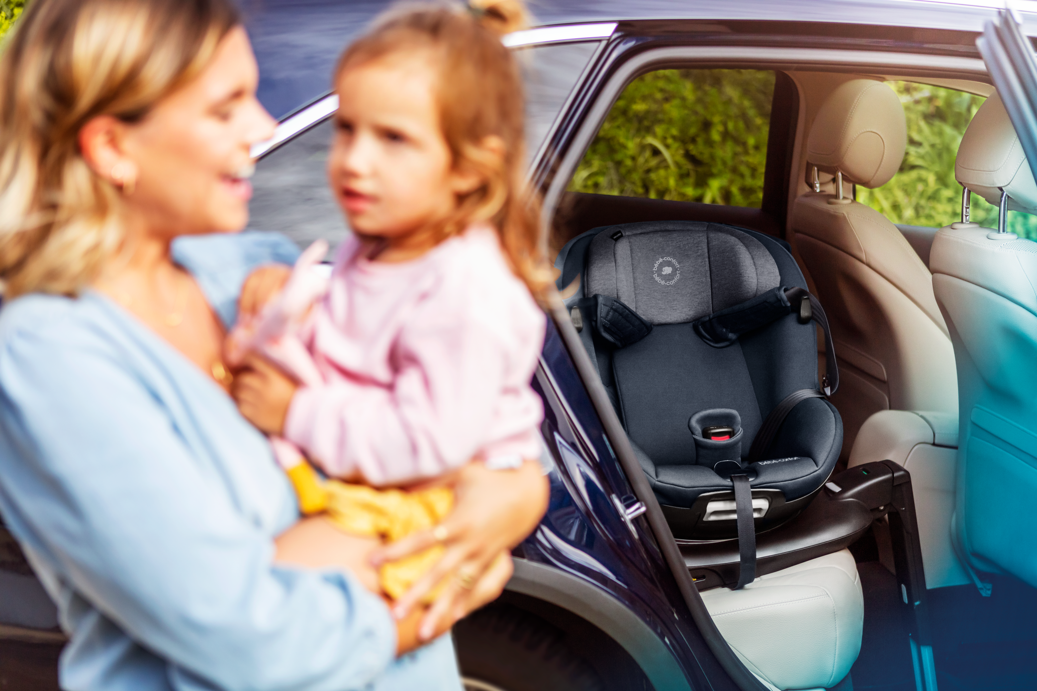 BBC8511_2020_Bebeconfort_carseat_Mica_Lifestyle_Summer_momcuddlingwithtoddlerseatinbackground2_Landscape_RGB
