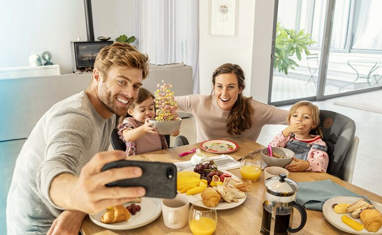 BBC2713_2019_Bebeconfort_high chair_Minla_Lifestyle_Spring_Familyhavinglunchtakingselfiefood_Landscape_RGB_Blue-Flare