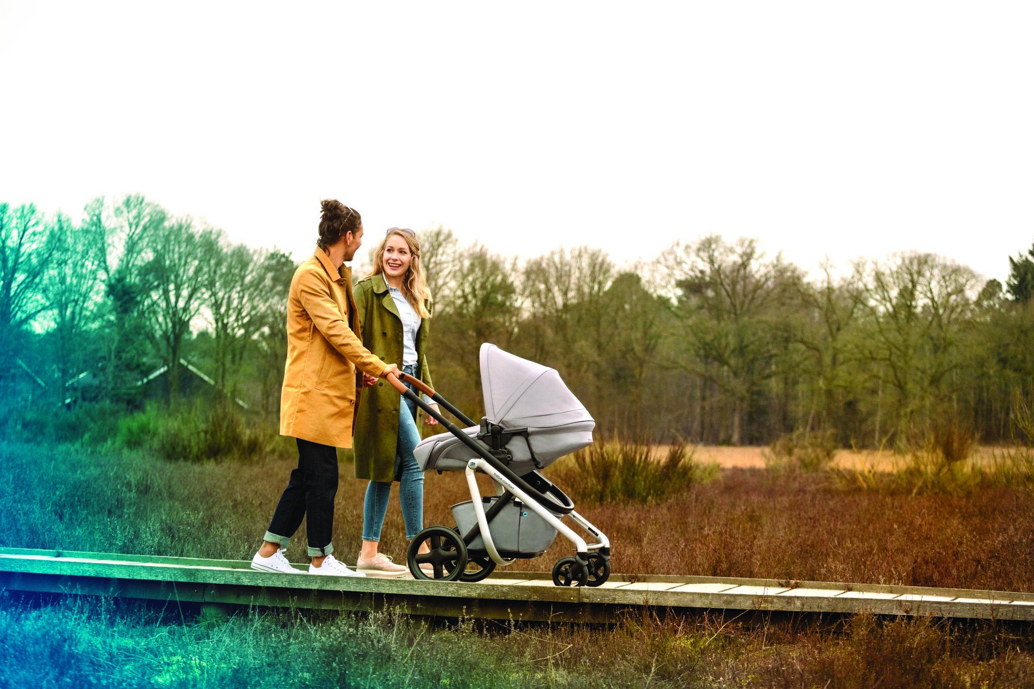 BBC1311_2018_bebeconfort_stroller_Lila_Lifestyle_Autumn_momdadstrollingbassinet_Landscape