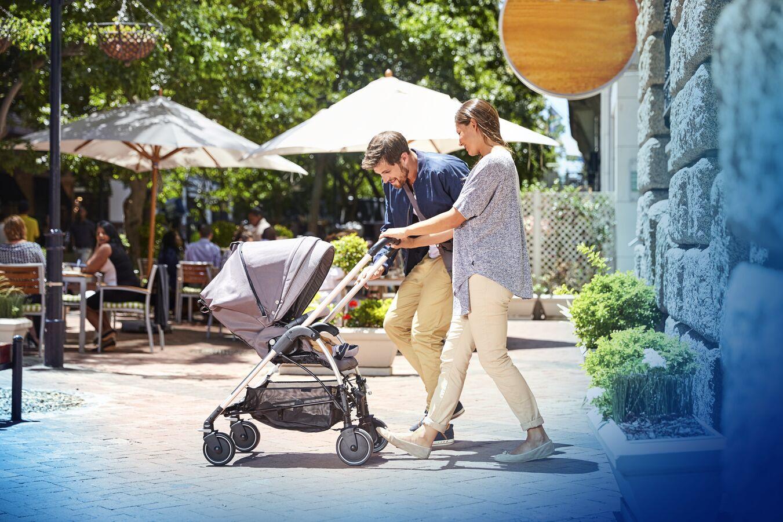 BBC1379_2017_bébéconfort_stroller_streety_lifestyle_streetyConcreteGreyRWFseatparentswalk_landscape