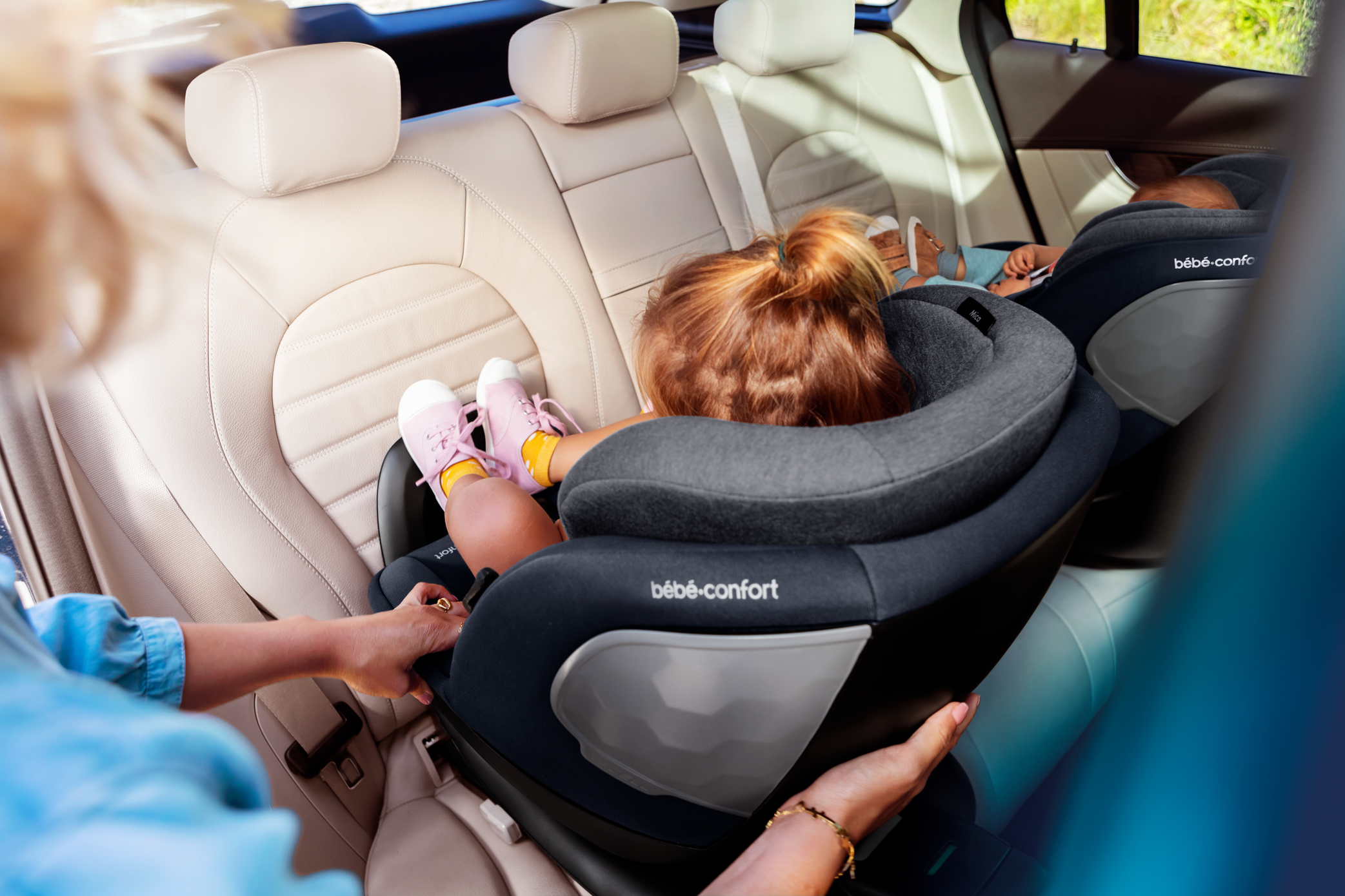 BBC8511_2020_Bebeconfort_carseat_Mica_Lifestyle_Summer_toddlerinrearwardpositioninstalled_Landscape_RGB