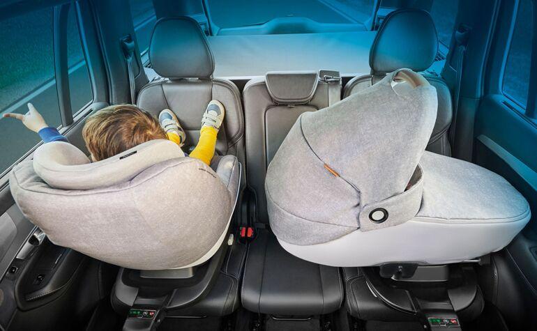 maxi-cosi-safety-carrycot-jade-carseats-pearlproisize-nomad-grey-pearlandjadeinthecar3wayfamilybase-770x475