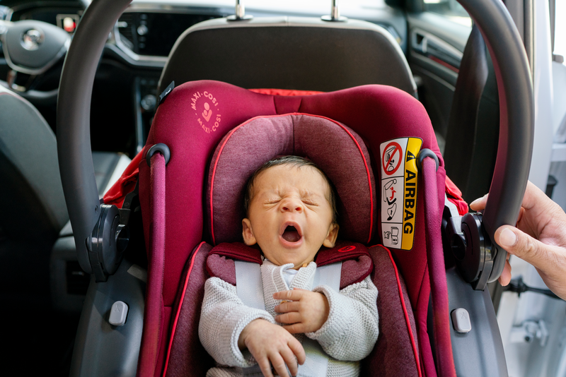 MC8557 2026 Maxicosi carseat Coral Lifestyle Summer Baby in seat yawning Landscape RGB.