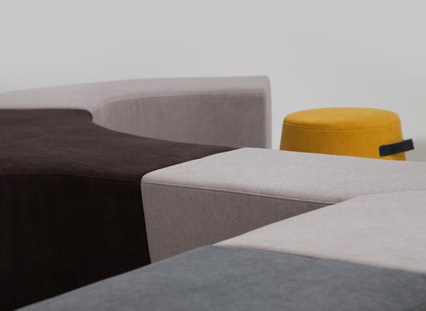 Detailansicht einer Beispiel-Zusammenstellung für Sitzhocker Vendi | Hockerlandschaft in verschiedenen Farben für Büro oder Kreativzonen