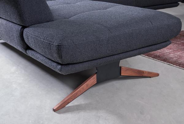 Möbelfuß in Holz und schwarzem Metall der Wohnlandschaft Dubai.