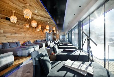 Chaiselongue Sonderanfertigung in grau   Doppelliegen   Einzelliegen mit Kissen   Wellnessbereich im Hotel Penzinghof