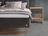 Bett in schwarzem Stoff, weich gepolstertem Kopfhaupt mit Knopfdetail und Sockel aus Eiche