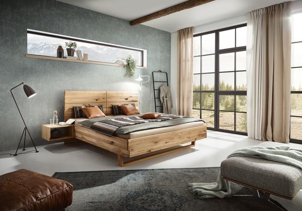 Bett  in Wildeiche und schwebendem Nachtkästchen