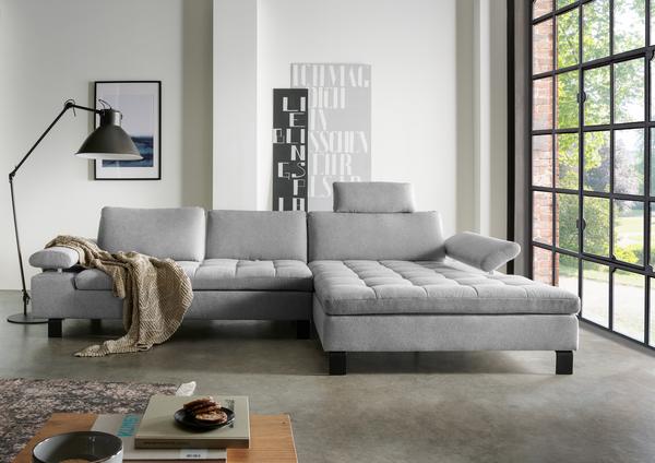 Hellgraues Sofa mit Chaiselongue, Quadratheftung in der Sitzfläche und verstellbarer Rücken- sowie Armlehne
