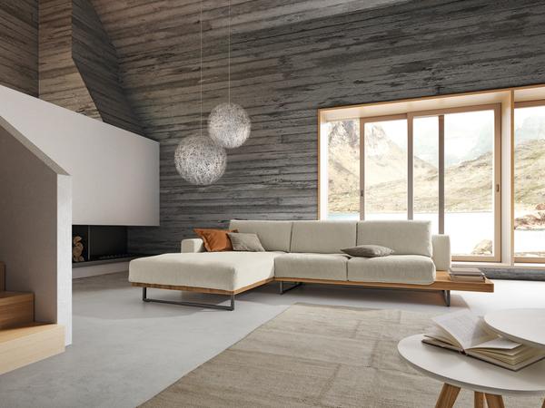 Ecksofa Helsinki in beigem Stoff mit seitlicher Holzablage und schwarzen Möbelfüßen.