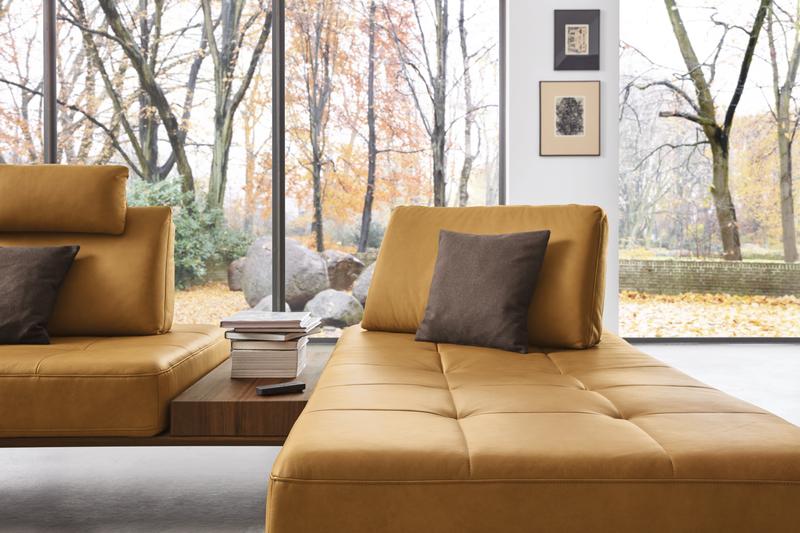 Sitzfläche der Wohnlandschaft Verona in gelbem Leder mit integriertem Tisch.