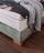 Detailbild von Holzfuß und Bettkasten