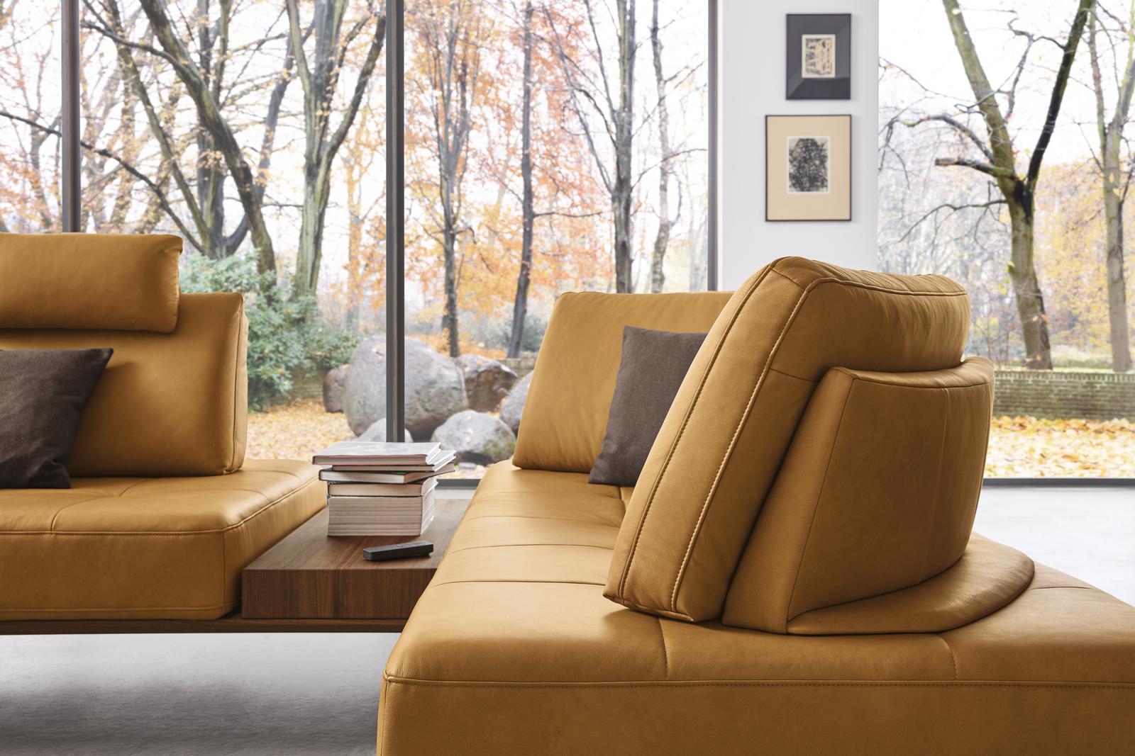 Frei verschiebbare Rückenkissen und Sitzfläche der Wohnlandschaft Verona in gelbem Leder mit integriertem Tisch.