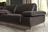 Sitzfläche und Armteil der Wohnlandschaft  Talara in dunkelbraunem Leder mit Holzsockel und Metallfüßen.