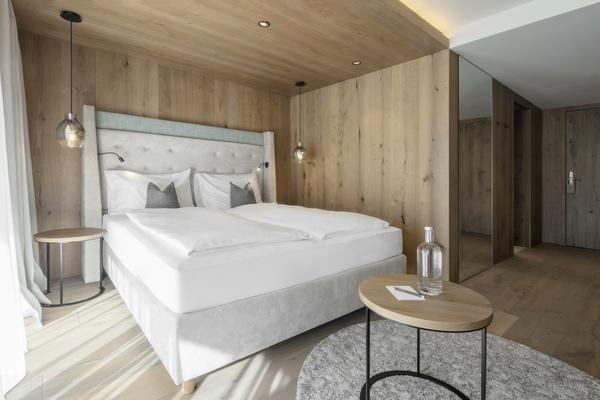 Hotelbett Sonderanfertigung in hellgrau   Bettkasten und Kopfteil gepolstert   Hotelzimmer im Hotel Edelweiß