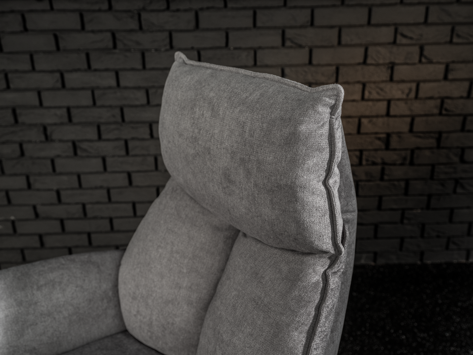 Detailbild von Sessel Savin mit deutlicher Naht im Rückenteil