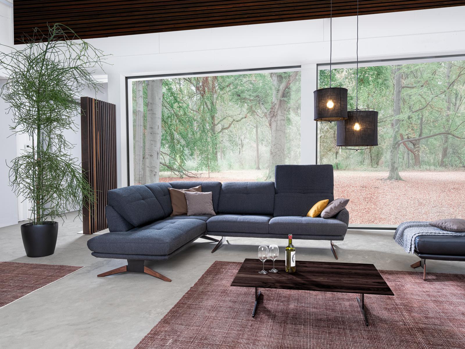 Ecksofa Dubai in blauem Stoff mit Rückenverstellung und modernen Möbelfüßen.